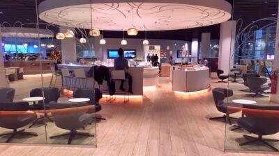 Folie op gyproc plafond in de lounge van Brussels Airlines in Brussel.
