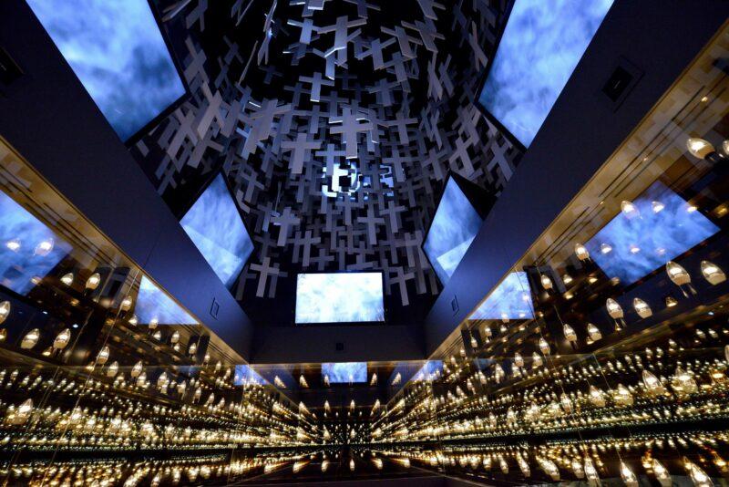 Akoestische kunst hangend uit plafond.