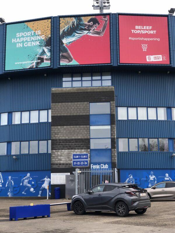 Banner en raamsticker tegen het voetbalstadion van KRC Genk.