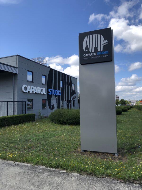 Buitenreclame met een reclamezuil, gevelletters en een extra groot logo voor Caparol in Heusden-Zolder