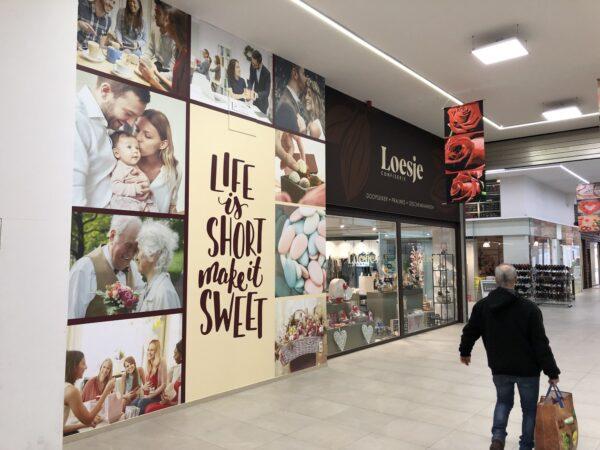 Een combinatie van gevelstickers en gevelletters voor een chocolatier in een shoppingcenter.