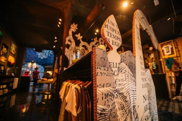 Decoratie spanwand bedrukt tegen een kledingrek in de Tomorrowland Boutique.