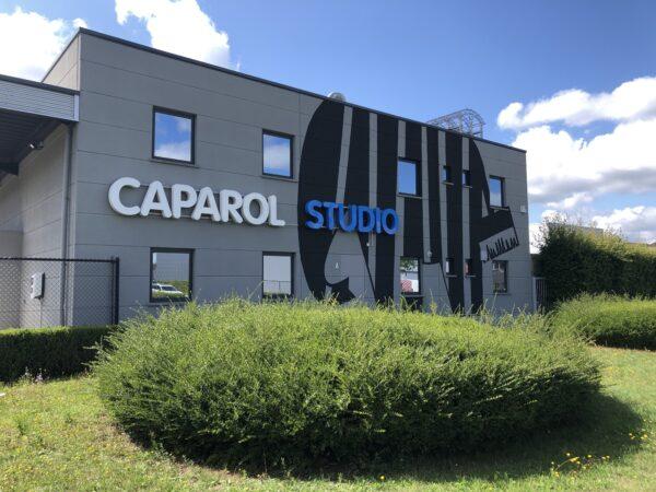 Gevelreclame door middel van een logo en gevelletters op de buitenzijde van een gebouw van Caparol.