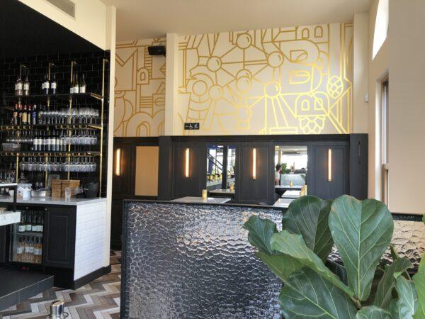 Gouden wanddecoratie voor horeca in oprdacht van het bedrijf Creneau.