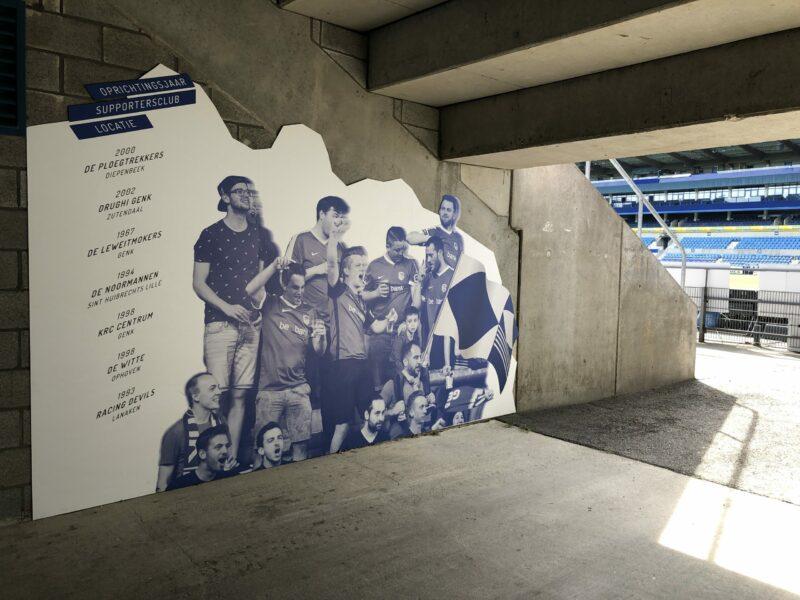 Groot formaat print paneel in de gang van het voetbalstadion in Genk