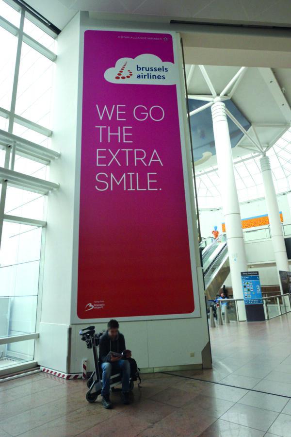 Extra grote spanddoek in frame tegen wand voor Brussels Airlines in de luchthaven van Zaventem in Brussel.