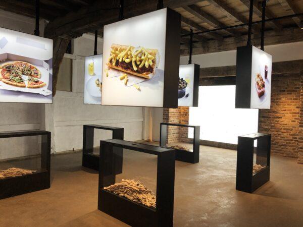 Led lichtbak hangend uit het plafond met eten op afgebeeld.