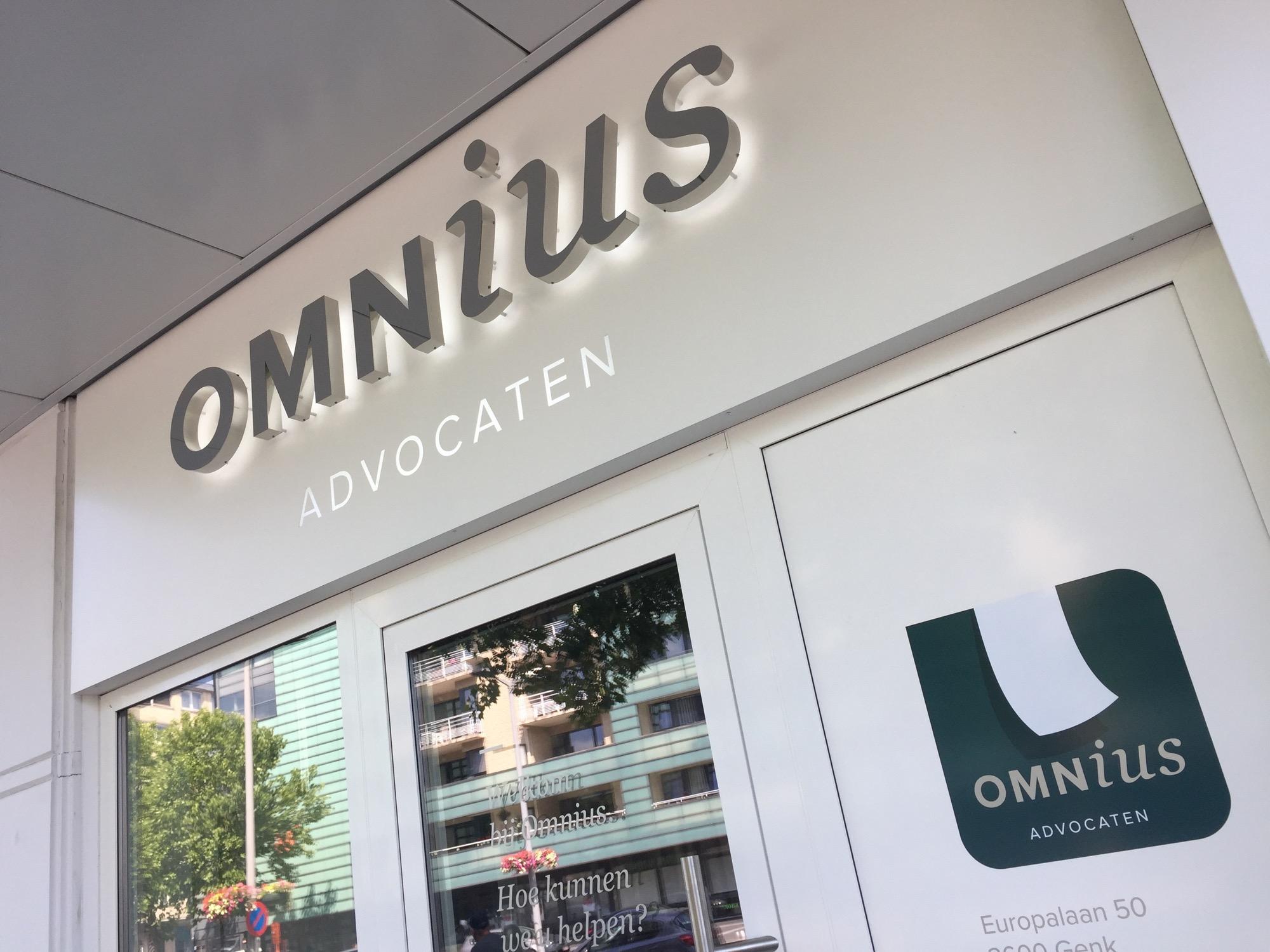 Lichtgevende doosletters op de gevel van Omnius advocaten.