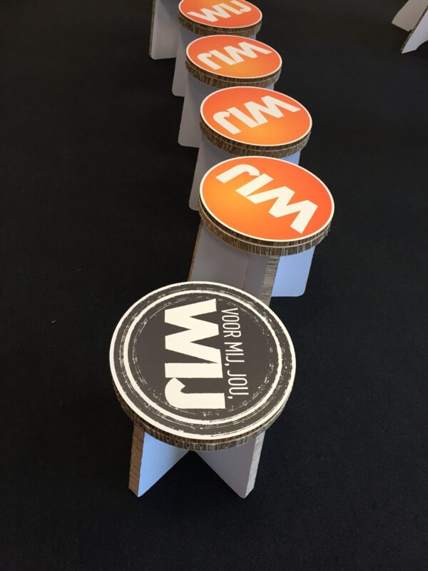 Reboard stoeltjes bedrukt met slogan voor pop-up concept.