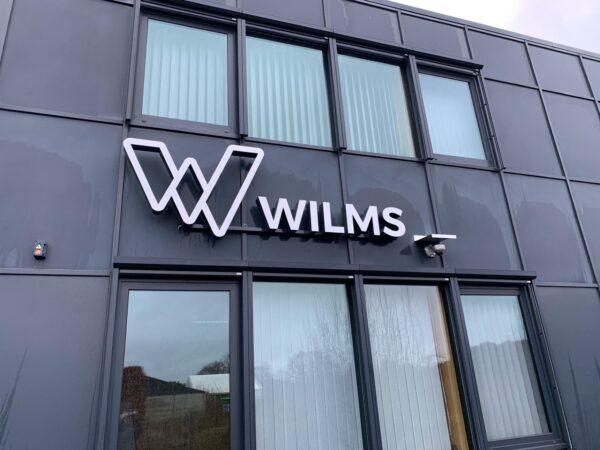 Verlicht logo en verlichte gevelletters op kantoorgebouw van Wilms in Antwerpen.