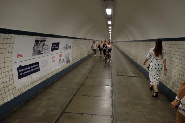Grote print op muur over de geschiedenis in de St. Anna's Tunnel in Antwerpen.