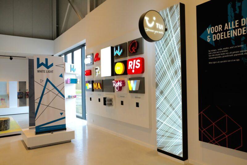 White Light showroom met lichtbakken van klanten.