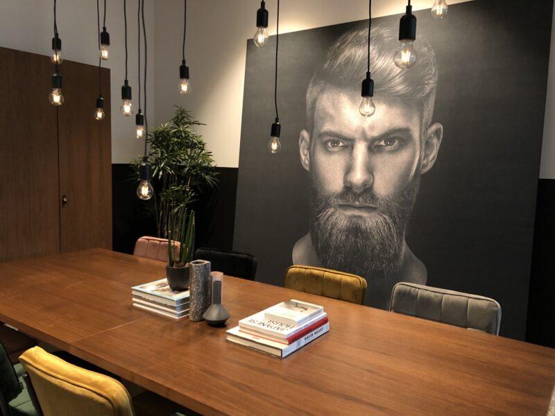 White Light vergaderruimte met print op groot canvas doek.