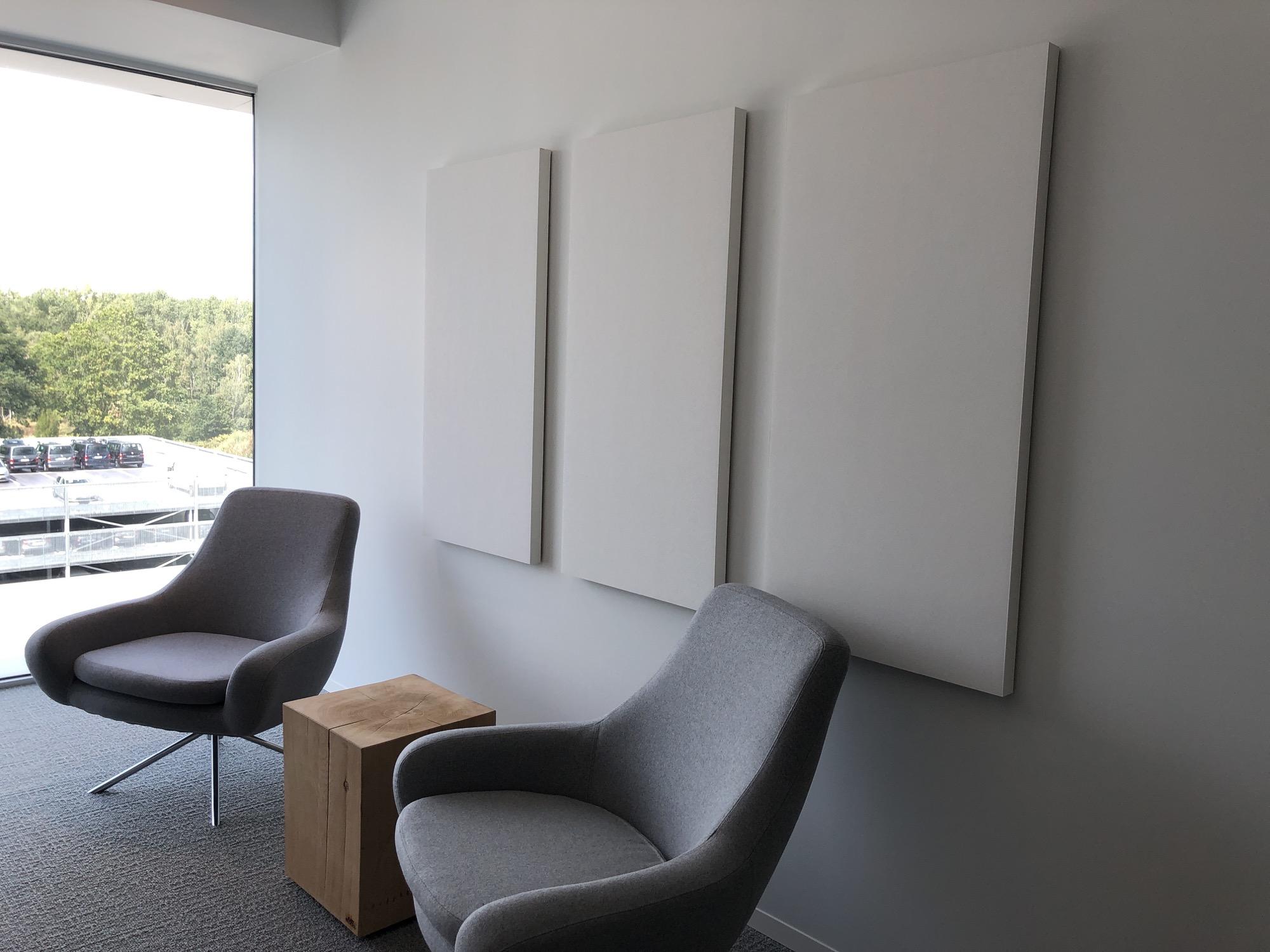 Akoestisch wit canvas tegen de muur