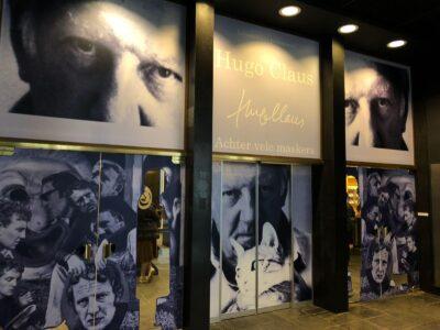 Bestickering deuren in de expo van Hugo Claus.