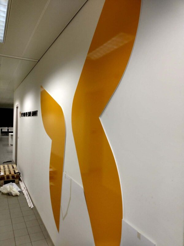 Dibond bedrukken met logo van Itzu tegen de muur.