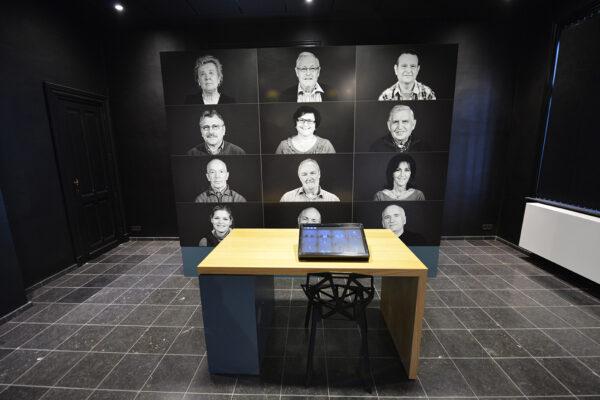 Digital print van personen op een wand.