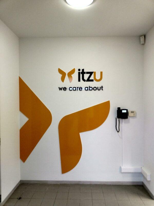 Doosletters tegen de muur in het kantoor van Itzu.