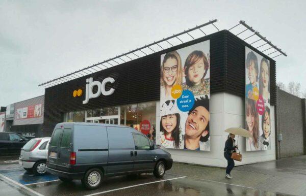 Gevelletters tegen de gevel van de winkel JBC