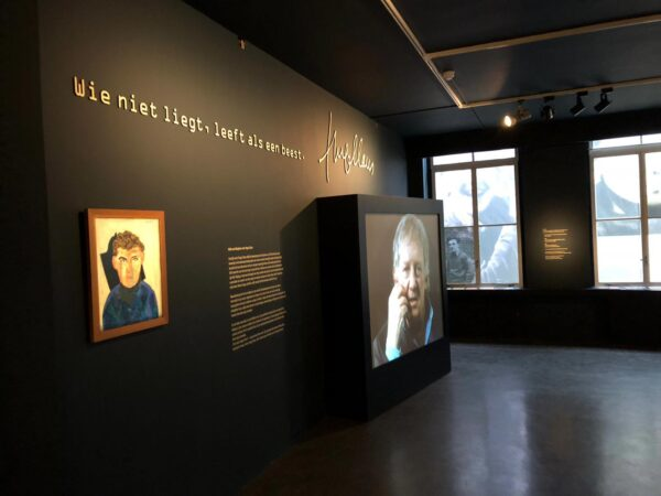 Doosletters tegen de wand van de expo van Hugo Claus