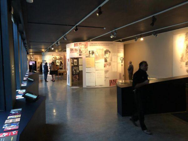 Groot formaat printen tegen de wand in de expo van Hugo Claus.