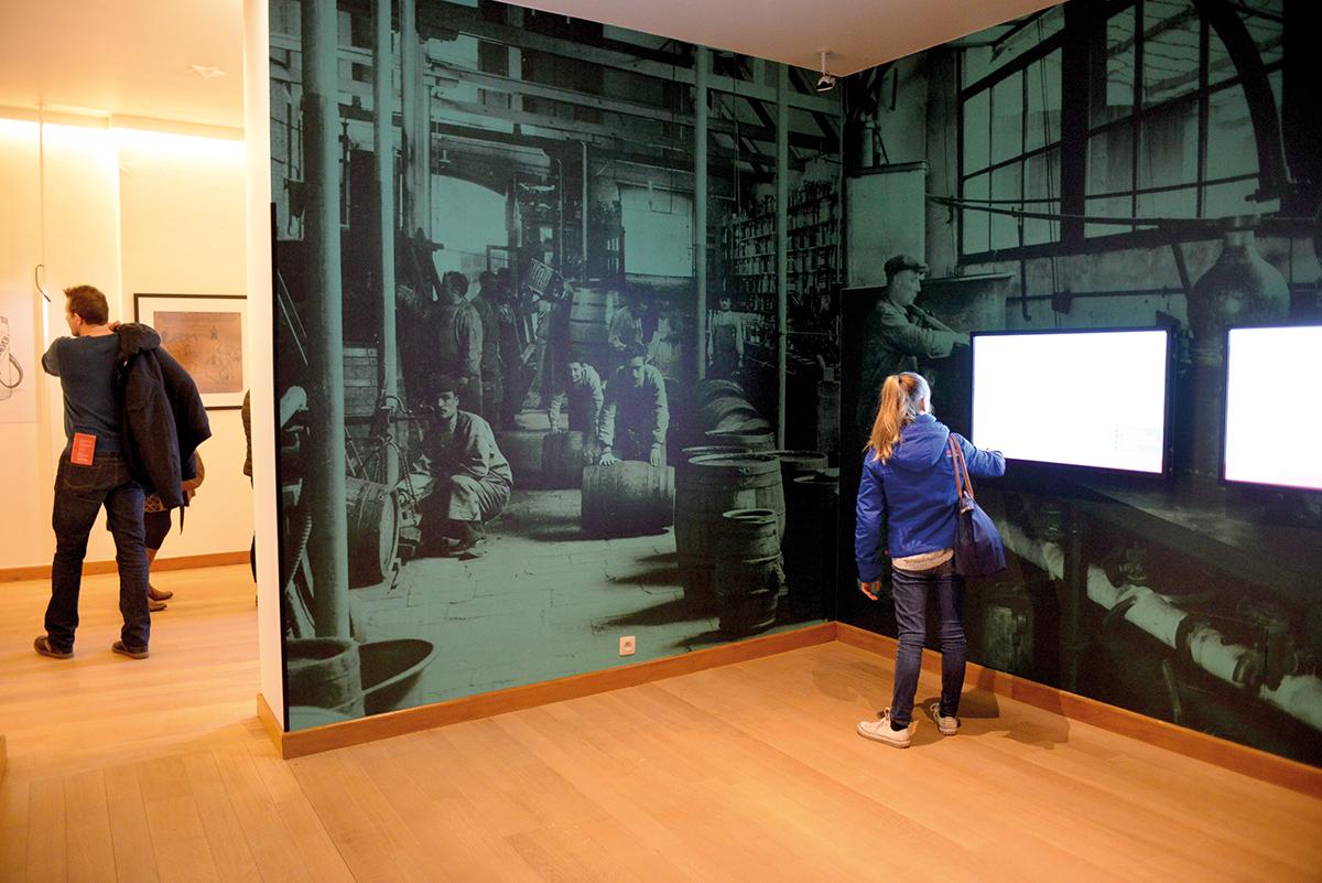 Groot formaat foto printen op wand van het jenevermuseum.