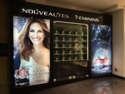 Lichtreclame maken in winkel van ICI PARIS voor parfum.