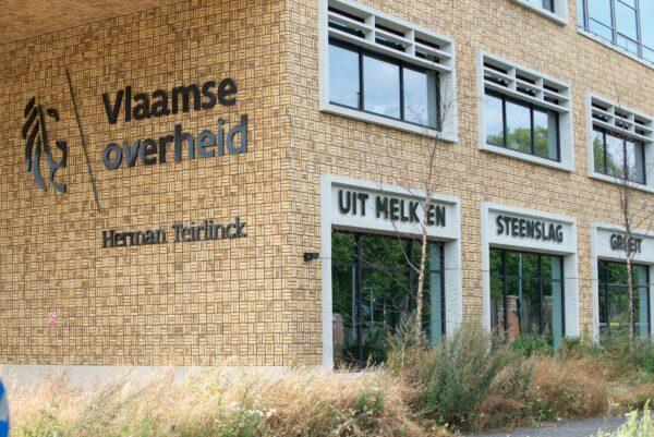 Logo van Vlaamse Overheid op gevel van gebouw in Brussel.