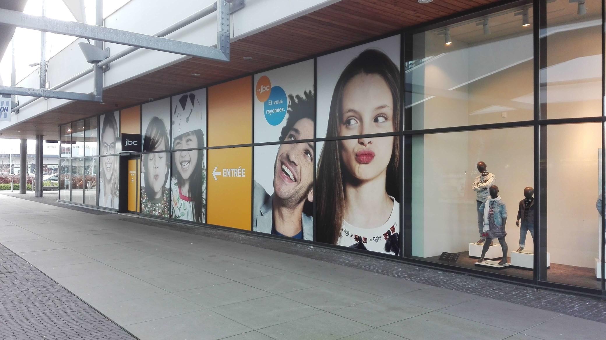Bestickeren van raam voor een winkel van JBC.